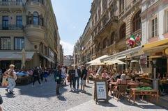 Touristen und Einheimische auf Wanceslas-Quadrat in historischem centr Prags lizenzfreie stockfotografie