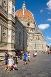 Touristen und Einheimische bei Piazza Del Duomo mit Blick auf die Kathedrale von Florenz Lizenzfreie Stockfotos
