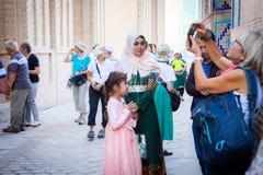 Touristen und Einheimische, die Shohizinda-Ensemble erforschen stockfoto
