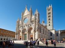 Touristen und Einheimische nahe bei der Kathedrale von Siena in Toskana, Italien Stockfoto