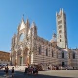 Touristen und Einheimische nahe bei der Kathedrale von Siena in Toskana, Italien Lizenzfreie Stockfotos