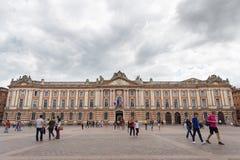 Touristen und Einheimische zahlen einen Besuch zu Capitole de Toulouse Stockfotografie