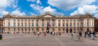 Touristen und Einheimische zahlen einen Besuch zu Capitole de Toulouse Stockbild