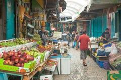 Touristen und Käufer, die durch den türkischen Basar des Morgens gehen Lizenzfreie Stockfotografie
