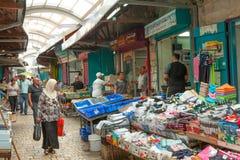 Touristen und Käufer, die durch den türkischen Basar des Morgens gehen Stockbild