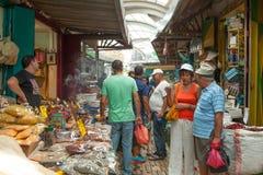 Touristen und Käufer, die durch den türkischen Basar des Morgens gehen Lizenzfreie Stockfotos