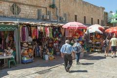 Touristen und Käufer, die durch den türkischen Basar des Morgens gehen Stockfotografie