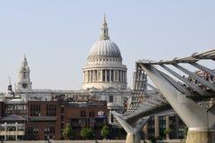 Touristen und Leute auf Brücke von Themse-Fluss Lizenzfreie Stockfotografie