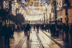 Touristen und Leute, die nachts Weihnachtsin der historischen Mitte von Sevilla, Spanien gehen stockbild