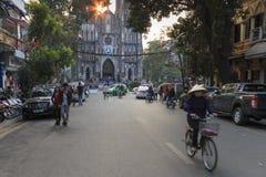 Touristen und lokale Leute, die in fron des Heiligen Joseph Cathedral, die wichtigste Kirche von Hanoi gehen Lizenzfreie Stockfotografie