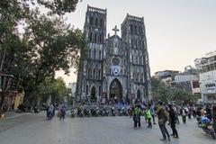 Touristen und lokale Leute, die in fron des Heiligen Joseph Cathedral, die wichtigste Kirche von Hanoi gehen Stockfotografie