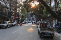 Touristen und lokale Leute, die in fron des Heiligen Joseph Cathedral, die wichtigste Kirche von Hanoi gehen Lizenzfreie Stockfotos