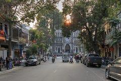 Touristen und lokale Leute, die in fron des Heiligen Joseph Cathedral, die wichtigste Kirche von Hanoi gehen Stockfoto