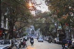 Touristen und lokale Leute, die in fron des Heiligen Joseph Cathedral, die wichtigste Kirche von Hanoi gehen Stockfotos