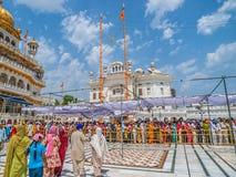 Touristen und Pilger, die in Linie am goldenen Tempel warten Lizenzfreies Stockfoto