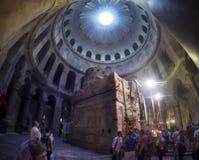 Touristen und Pilger im Heiligen Helena Chapel in der Kirche des heiligen Grabes in Jerusalem stockbild