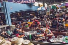 Touristen und thailändische Händler an sich hin- und herbewegendem Markt in Damnoen Saduak, südwestlich von Bangkok, Thailand stockbilder