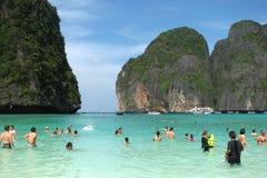 Touristen und touristische Boote auf dem berühmten Strand in Maya Bay auf einer der Inseln von Phi Phi, Thailand stockbild