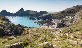 Touristen und Urlauber, die unten zum Strand Spätsommersonnenschein am Kynance-Buchtstrand genießen gehen die Eidechse Cornwall Stockfoto