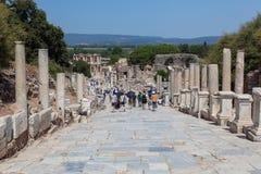Touristen unter den Ruinen Lizenzfreie Stockfotos