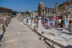 Touristen unter den Ruinen Lizenzfreies Stockbild