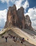 Touristen unter Drei Zinnen oder Tre Cime di Lavaredo Lizenzfreies Stockfoto