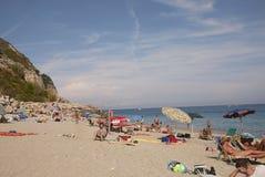 Touristen in Varigotti-Strand lizenzfreies stockbild