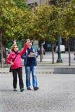 Touristen verbinden mit Stadtplan lizenzfreies stockbild
