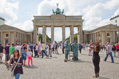 Touristen vor Brandenburg-Felsen, Berlin Lizenzfreies Stockbild