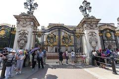 Touristen vor dem Tor zum Buckingham Palace, London, Vereinigtes Königreich Stockfotos