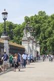 Touristen vor dem Tor zum Buckingham Palace, London, Vereinigtes Königreich Lizenzfreie Stockfotos