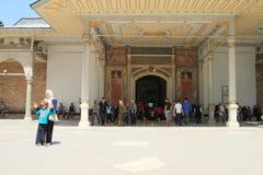 Touristen vor ` erhabenem Porta-` in Istanbul Stockfotografie