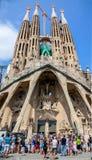 Touristen vor Sagrada Familia in Barcelona lizenzfreie stockfotografie