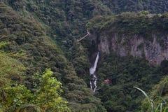 Touristen am Wasserfall Pailon Del Diablo in Baños, Ecuador stockfotografie