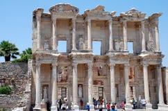 Touristen, welche die alte Stadt von Ephesus besichtigen Lizenzfreies Stockbild