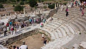 Touristen, welche die alte Stadt von Ephesus, die Türkei besichtigen Stockbild
