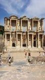Touristen, welche die alte Stadt von Ephesus, die Türkei besichtigen Stockfoto