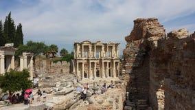 Touristen, welche die alte Stadt von Ephesus, die Türkei besichtigen Lizenzfreie Stockbilder