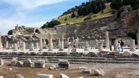 Touristen, welche die alte Stadt von Ephesus, die Türkei besichtigen Lizenzfreies Stockbild