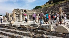 Touristen, welche die alte Stadt von Ephesus, die Türkei besichtigen Lizenzfreie Stockfotografie