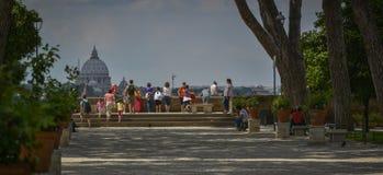 Touristen, welche die Ansicht von Rom genießen Stockfoto