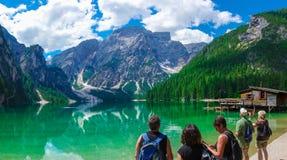 Touristen, welche die Schönheit von Lago di Braies, Pragser Wildse admitring sind stockbild