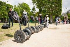 Touristen, welche die Stadt mit Segway besichtigen Stockfotos