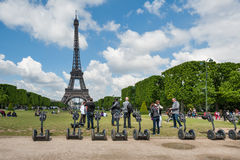 Touristen, welche die Stadt mit Segway besichtigen Lizenzfreie Stockfotos