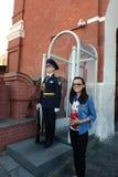 Touristen werden auf dem Gedächtnis des Wachsoldaten im Moskau der Kreml fotografiert Lizenzfreie Stockbilder