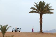 Touristen werden in einer Oase fotografiert Ansicht der Berge und Stockbilder