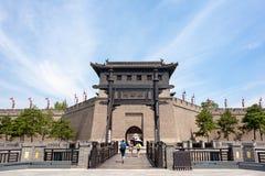 Touristen am Xi'an-Stadtmauersüdtor im Sommer lizenzfreie stockbilder