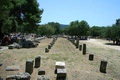 Touristen zu den Ruinen von Olympia Lizenzfreie Stockfotos