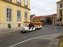 Touristen zum Sightseeing-Tour in Sopron Stockbild