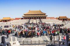 Touristen, zum von Peking zu besichtigen die Verbotene Stadt in China Lizenzfreies Stockbild